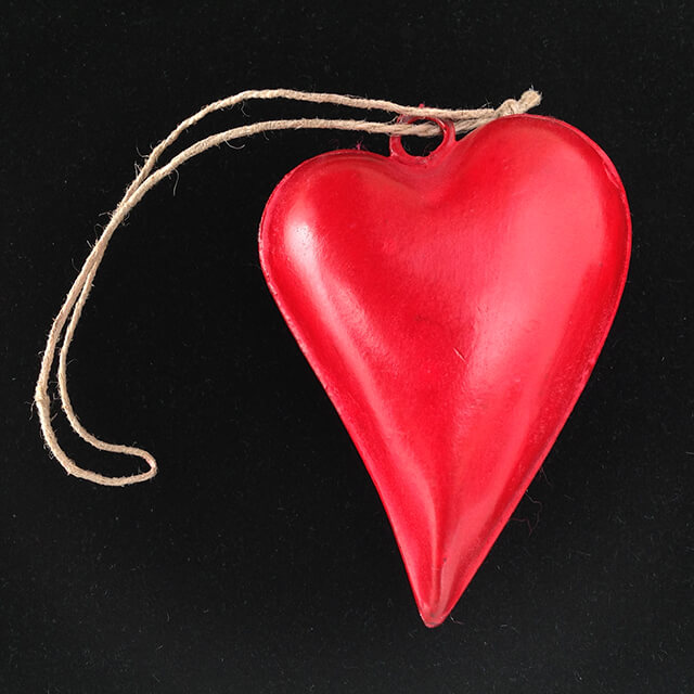HANGING METAL HEART WITH A CURVE